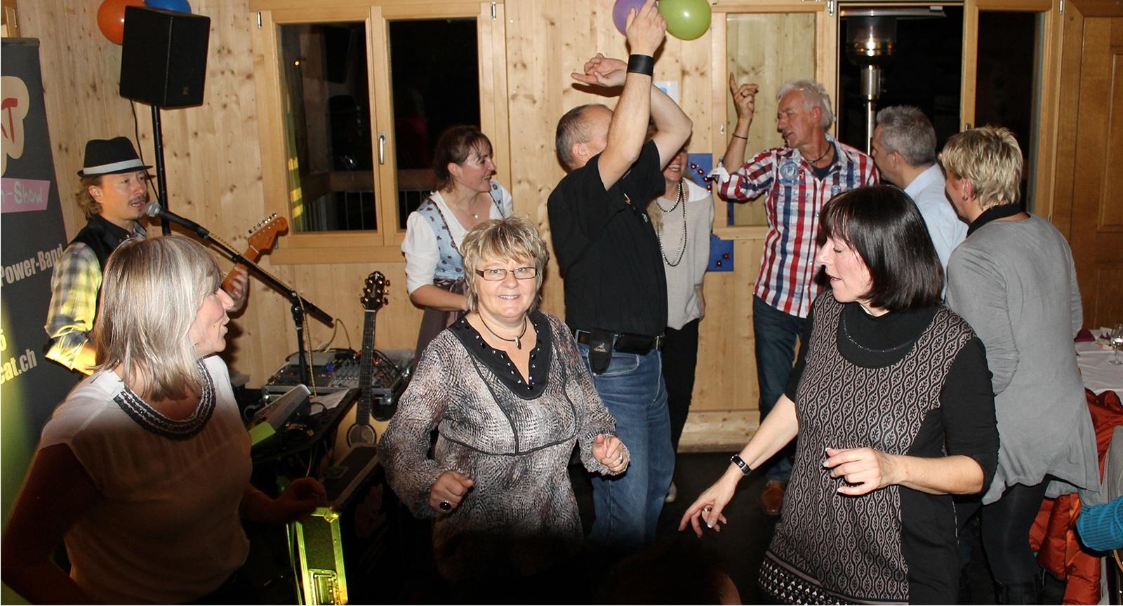 Tanzende Gäste an Geburtstagsparty mit Alleinunterhalter CoolCat