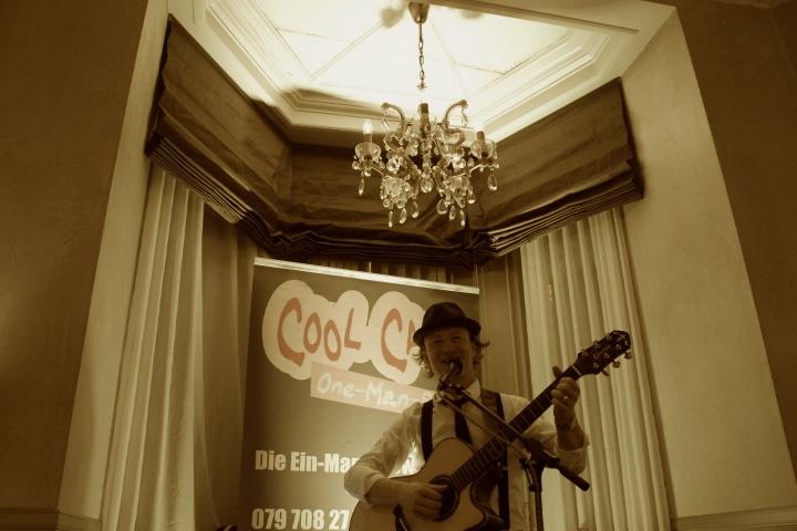 Alleinunterhalter CoolCat Portrait mit Gitarre