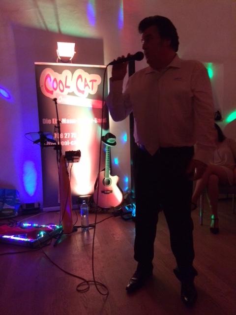 Alleinunterhalter CoolCat spielt mit Elvis